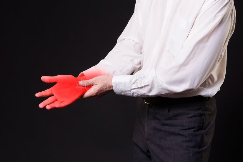 Schmerzen Sie in der Hand, gemeinsame Entzündung, Karpaltunnelsyndrom auf schwarzem Hintergrund stockbilder