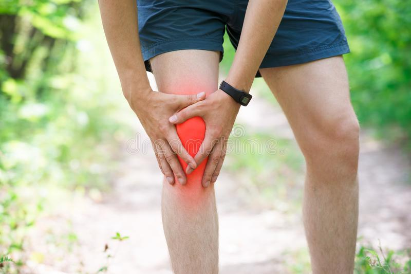 Schmerzen Sie im Knie, gemeinsame Entzündung, Massage des männlichen Beines, Verletzung beim Laufen, Trauma während des Trainings stockfotos