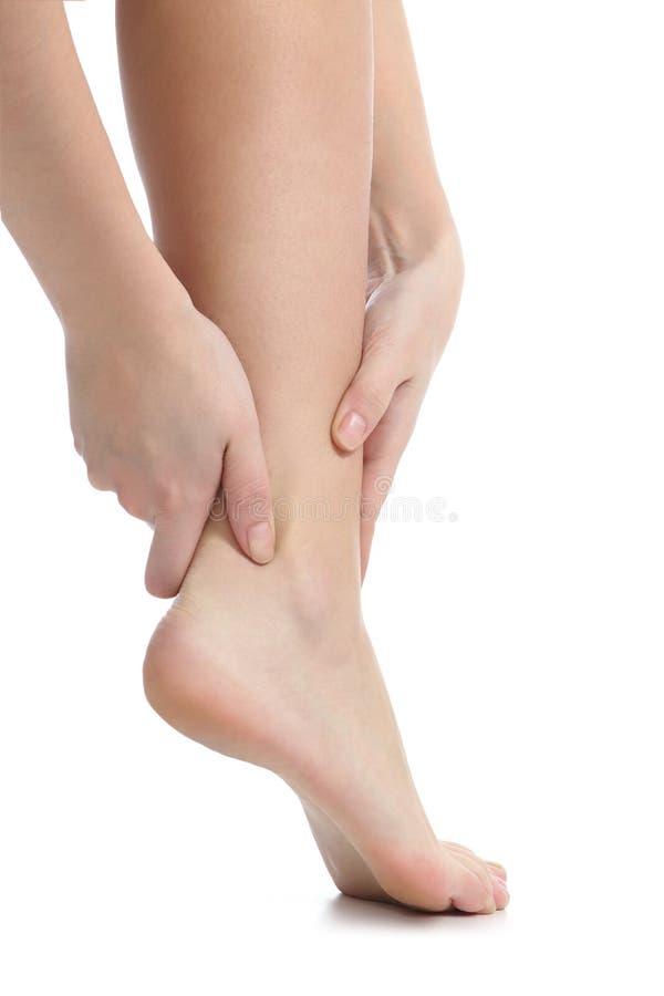 Schmerzen Sie Konzept mit den Händen einer Frau, die Knöchel fangen stockbilder