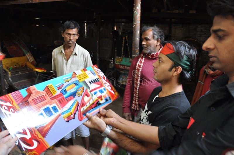 Schmerzende Werkstatt der Rikscha in altem Dhaka, Bangladesch Arbeitskräfte in der Straßenwerkstatt lizenzfreie stockfotos