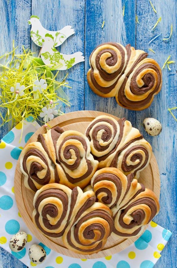 Schmetterling Brötchen der süßen Schokolade auf dem Tisch lizenzfreie stockfotos