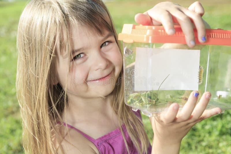 Schmetterling des kleinen Mädchens lizenzfreie stockbilder
