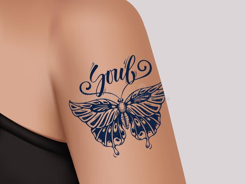 Schmetterlings-Tätowierung auf weiblicher Schulter Mystische Schmetterlingstätowierung mit Kalligraphie Seele stock abbildung