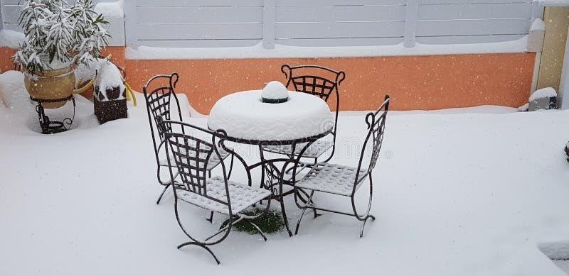 Schmiedeeisengartentisch und -stühle stockfotos