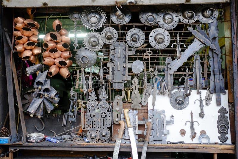 Schmiedegeschäftsfenster in Safranbolu stockbild