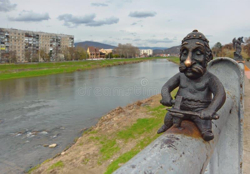 Schmiedestatue auf der Brücke über Latorica-Fluss in Mukacheve-Stadt, Ukraine lizenzfreie stockfotografie