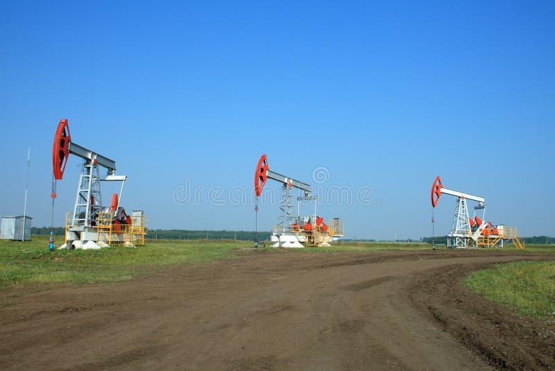 Schmieröl-Pumpe Jack auf einem Gebiet stockbilder