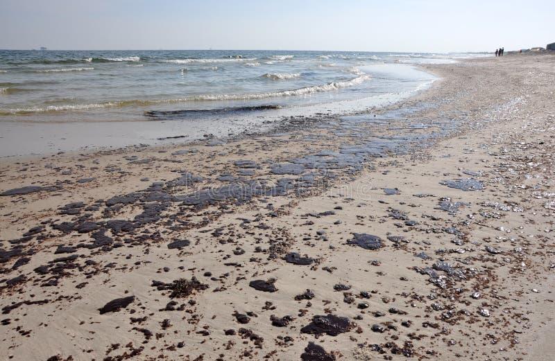 Schmieröl-Streuung auf Strand lizenzfreie stockfotos
