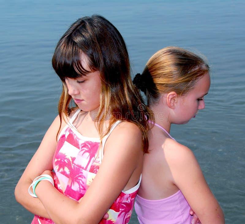 Schmollen mit zwei Mädchen lizenzfreie stockbilder