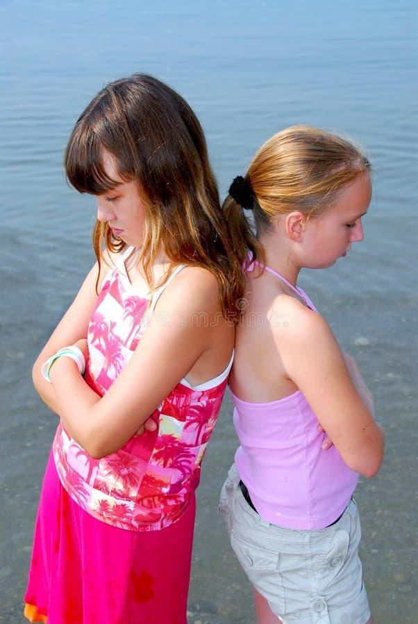 Schmollen mit zwei Mädchen stockbilder