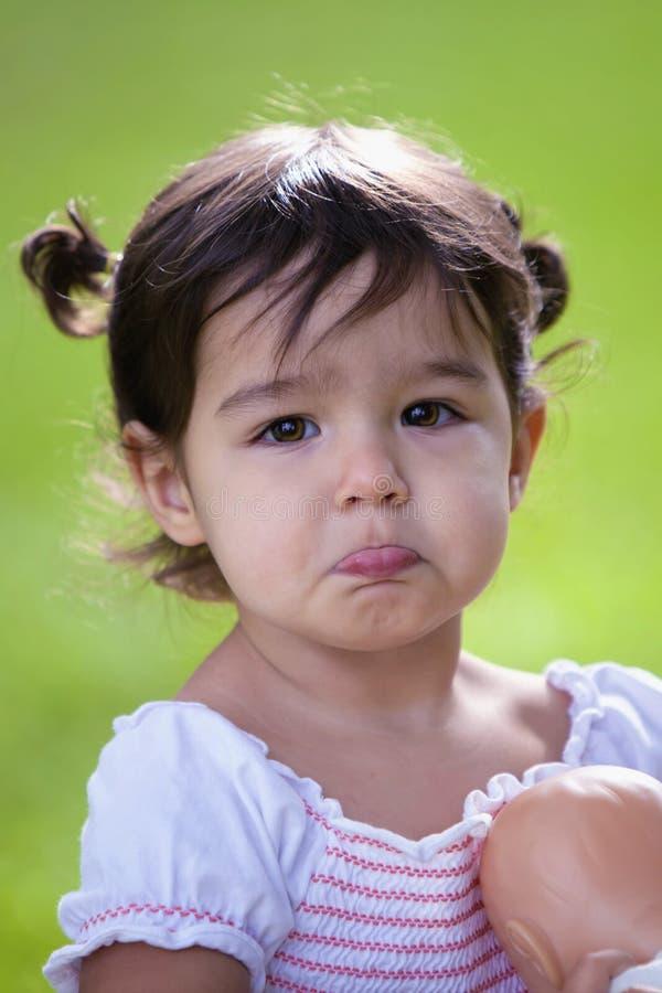 Schmollendes Baby mit großen braunen Augen stockfotografie