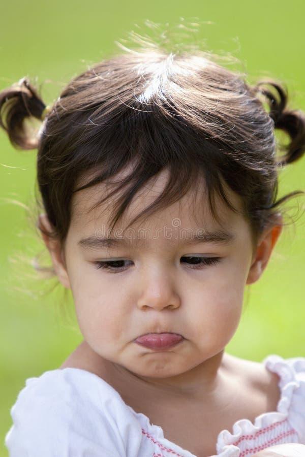 Schmollendes kleines Mädchen draußen lizenzfreie stockfotografie