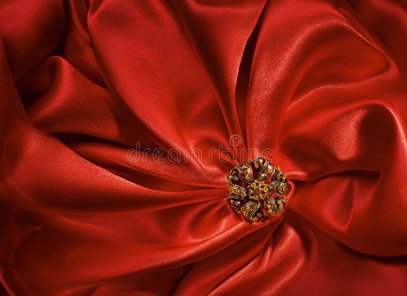 Schmuck-Form über rotem Silk Stoff-Hintergrund, Gewebe faltet sich stockbilder
