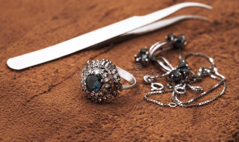 Schmuck, Ring und Halsketten stockfotos