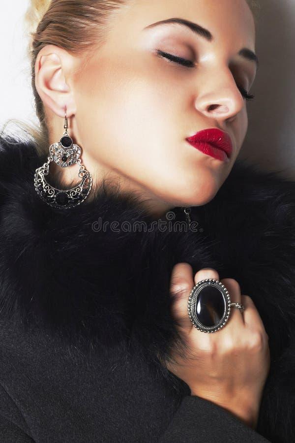 Schmuck und Schönheit. schöne blonde Frau. Lippen der Modekunst photo.red stockfotos