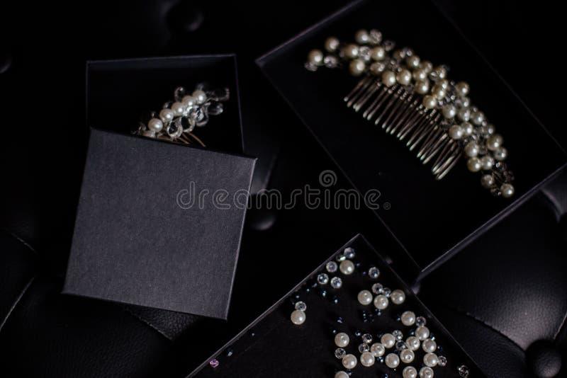 Schmuck von den Perlen im Kasten lizenzfreies stockbild