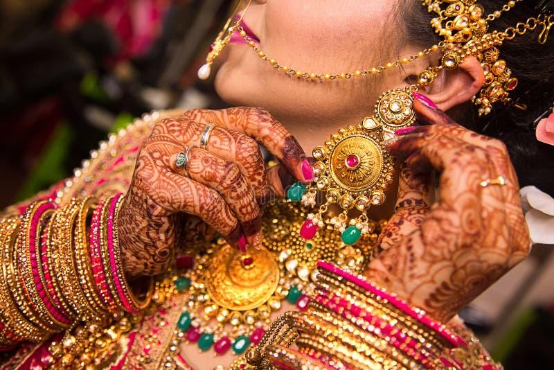 Schmuckgoldhalskette und -ohrring der indischen Braut tragende lizenzfreie stockfotos
