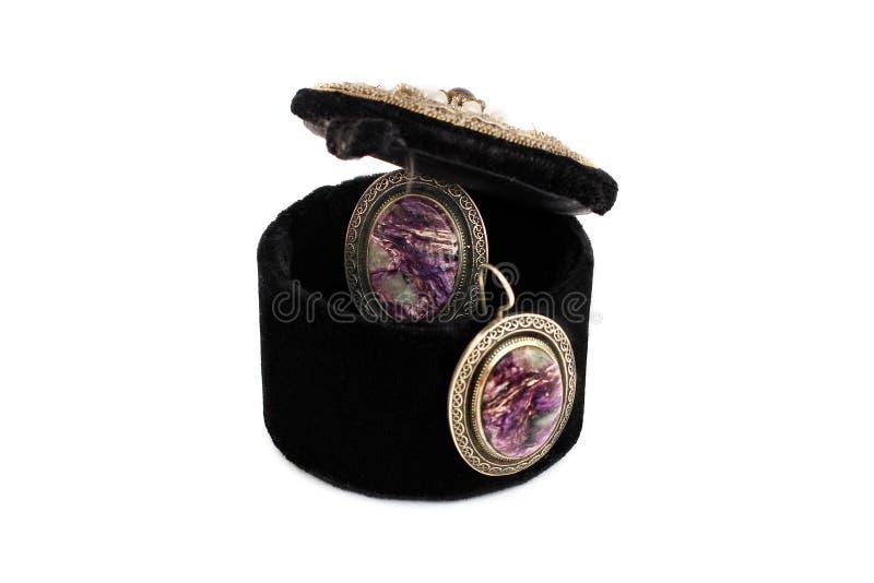 Schmuckkästchen auf einem weißen Hintergrund Ohrringe und Schmuckkästchen lizenzfreie stockfotografie