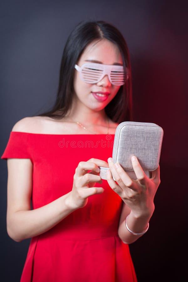 Schmuckkästchen in den Händen einer Schönheit lizenzfreies stockbild