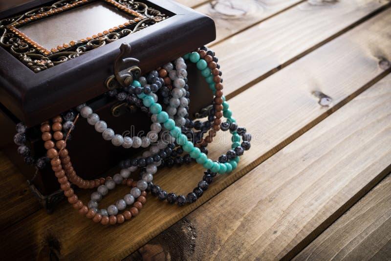 Schmuckkästchen voll Perlen, Schatztruhe lizenzfreies stockbild