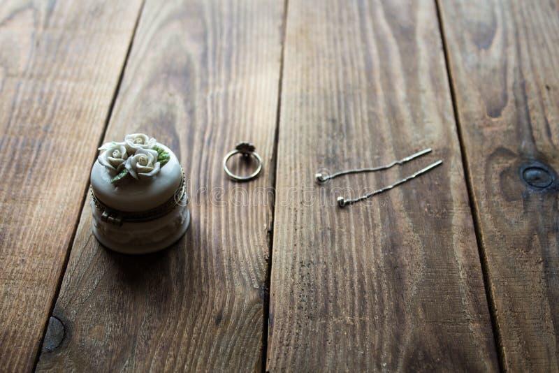 Schmuckkasten und Ring und Ohrringe stockfotos