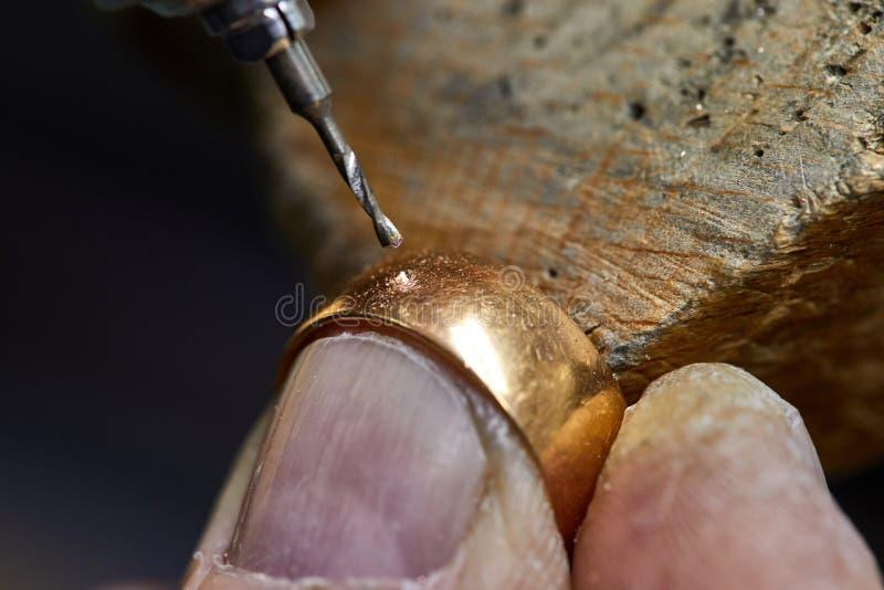 Schmuckproduktion Der Prozess von Bohrl?chern im Ring stockfoto