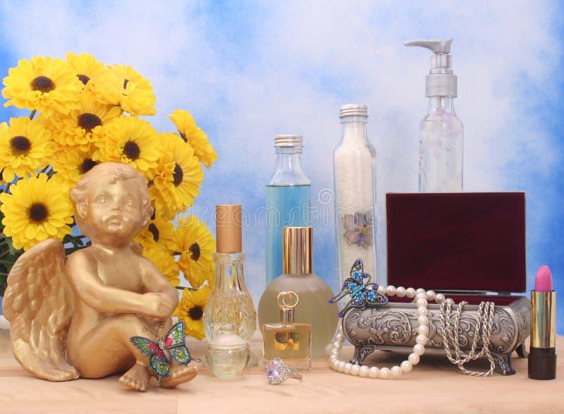 Schmucksachen und Duftstoff lizenzfreie stockbilder