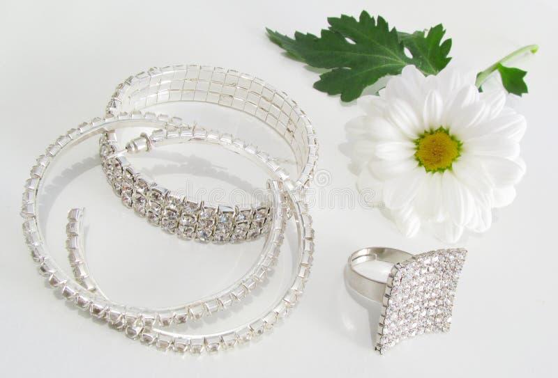 Schmucksachen und weiße Blume lizenzfreie stockbilder