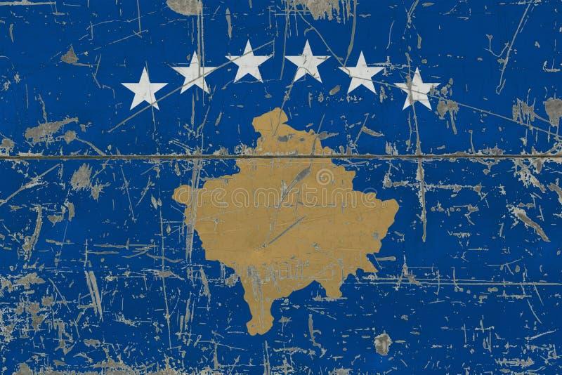 Schmutz-Kosovo-Flagge auf alter verkratzter Holzoberfläche Nationaler Weinlesehintergrund lizenzfreie abbildung