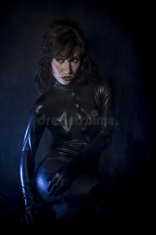 Schmutz, sexy Brunette im schwarzen Latexkostüm, Mode schoss von a lizenzfreie stockfotos