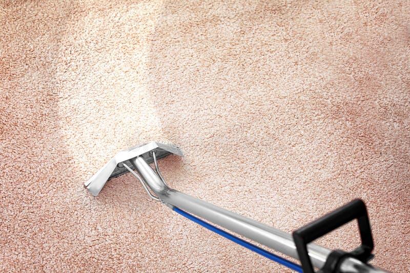Schmutz vom Teppich mit Berufsreiniger zuhause entfernen lizenzfreie stockbilder