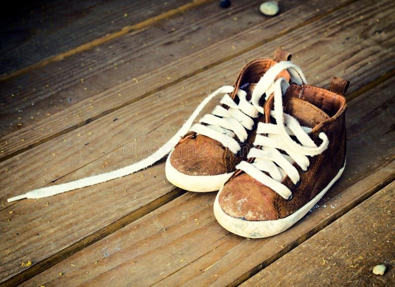 Schmutzig chidlren Schuhe lizenzfreie stockfotos