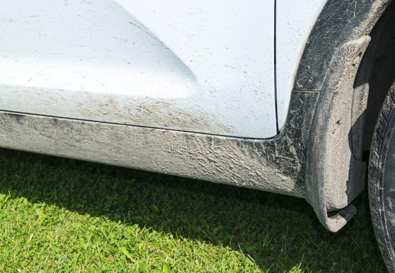 Schmutzige Autoseite Fragment von schmutzigen SUV Schmutziges Vorderrad des Autos nicht für den Straßenverkehr mit Sumpf spritzt  stockbild
