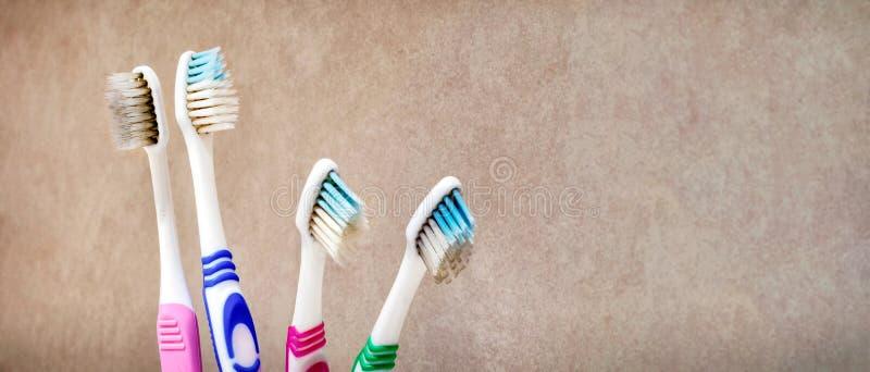 Schmutzige ekelhafte Gestaltungszahnbürsten im Badezimmer stockfotos