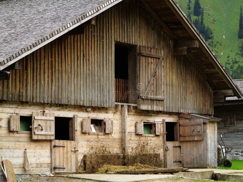 Schmutzige Fassade des hölzernen Kuhstalls stockbild