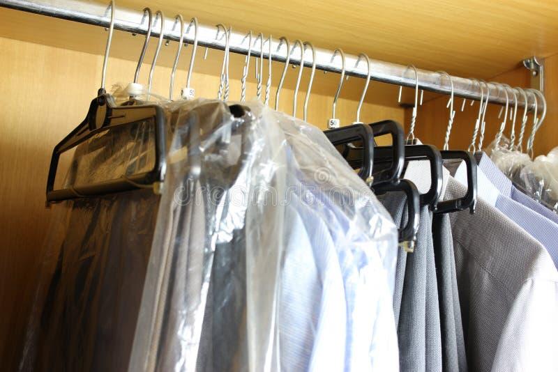 Schmutzige Garderobe mit verschiedener Mannkleidung stockbilder