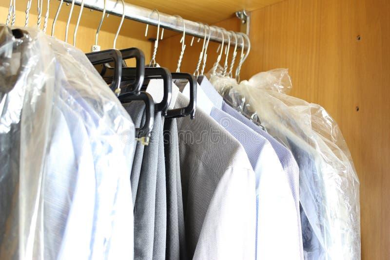 Schmutzige Garderobe mit verschiedener Mannkleidung stockbild