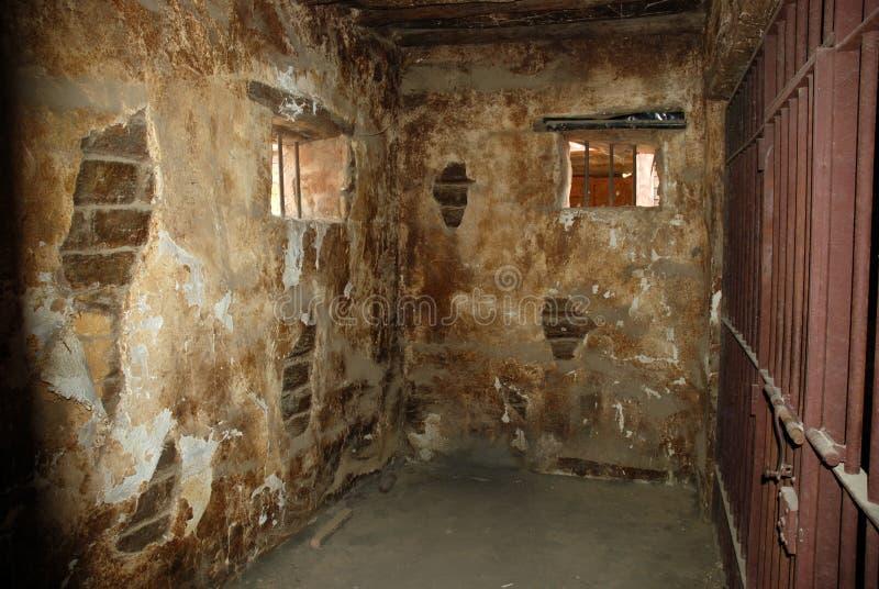 Schmutzige Gefängniszelle lizenzfreies stockbild