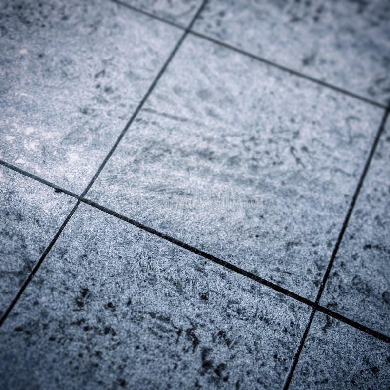 Schmutzige graue Bodenfliesen stockfoto