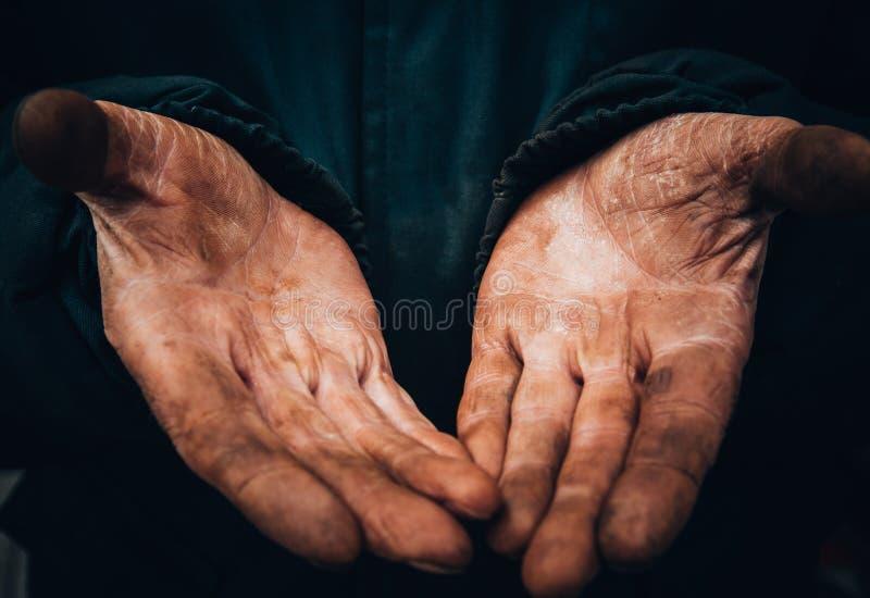 Schmutzige Hände eines Mannes, ein Arbeiter, ein Mann ließen seine Hände beim Arbeiten, ein armer Mann ab lizenzfreie stockfotografie