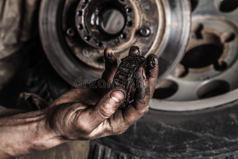 Schmutzige Mannhand mit Gang lizenzfreie stockfotos