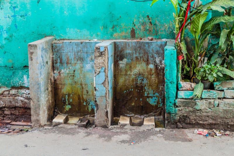 Schmutzige offene öffentliche Toilette in der Mitte von Kolkata, Ind lizenzfreie stockfotografie
