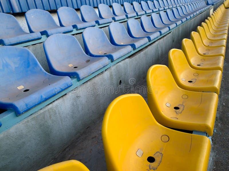 Schmutzige Sitze auf dem Fußballstadion lizenzfreie stockbilder