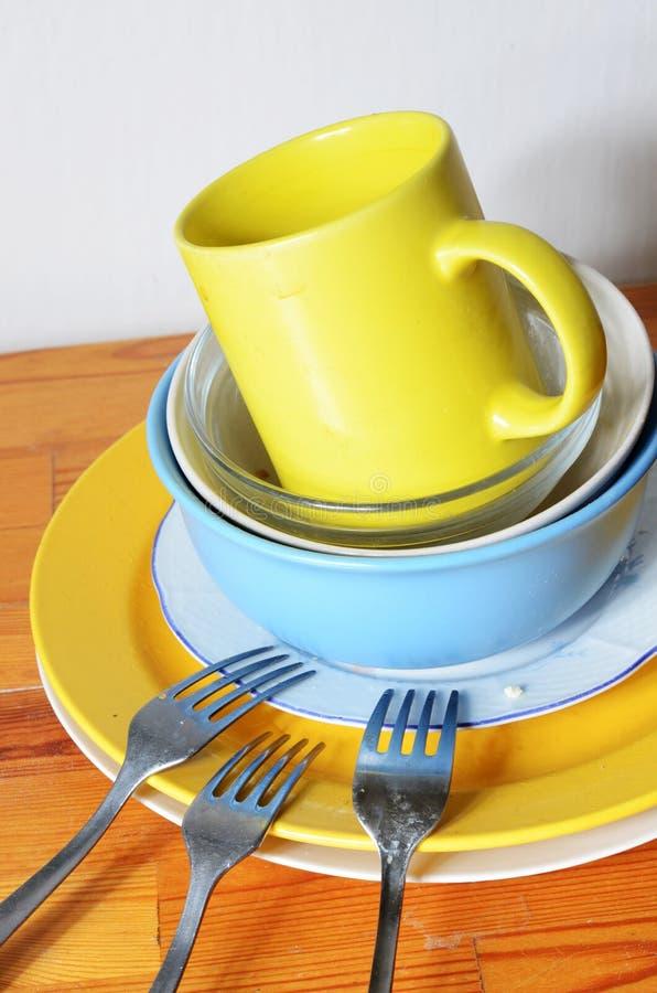 Schmutzige Teller auf dem Tisch lizenzfreie stockfotografie