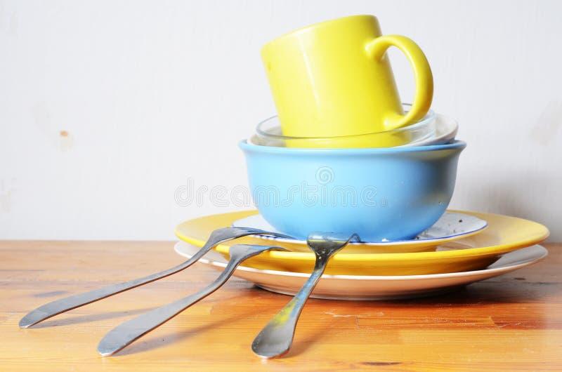 Schmutzige Teller auf dem Tisch lizenzfreie stockfotos