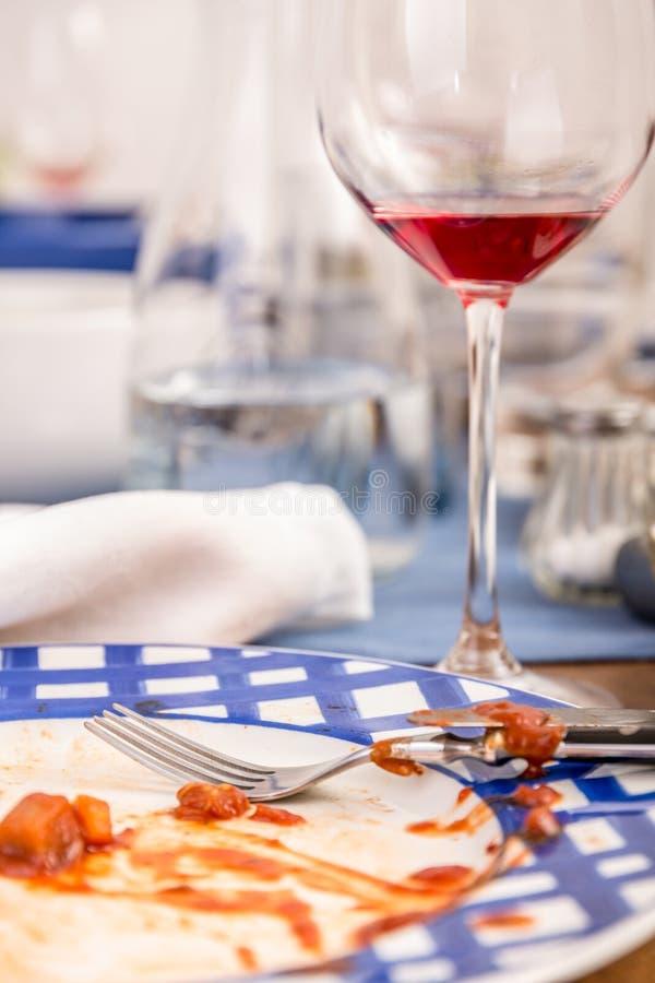 Schmutzige Teller und Gläser stockfotos