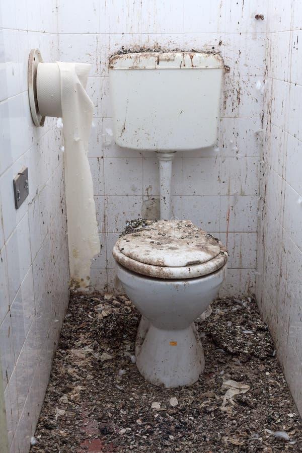 schmutzige toiletten im alten verlassenen haus stockfoto bild von architektur schmutzig 44994088. Black Bedroom Furniture Sets. Home Design Ideas