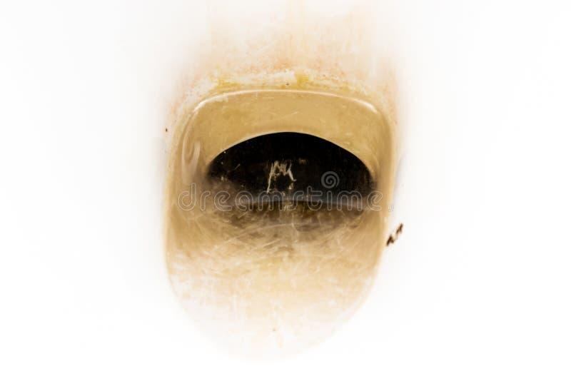 Schmutzige unhygienische Toilettensch?ssel mit limescale Fleck am allgemeinen Toilettenabschlu? oben lizenzfreies stockfoto