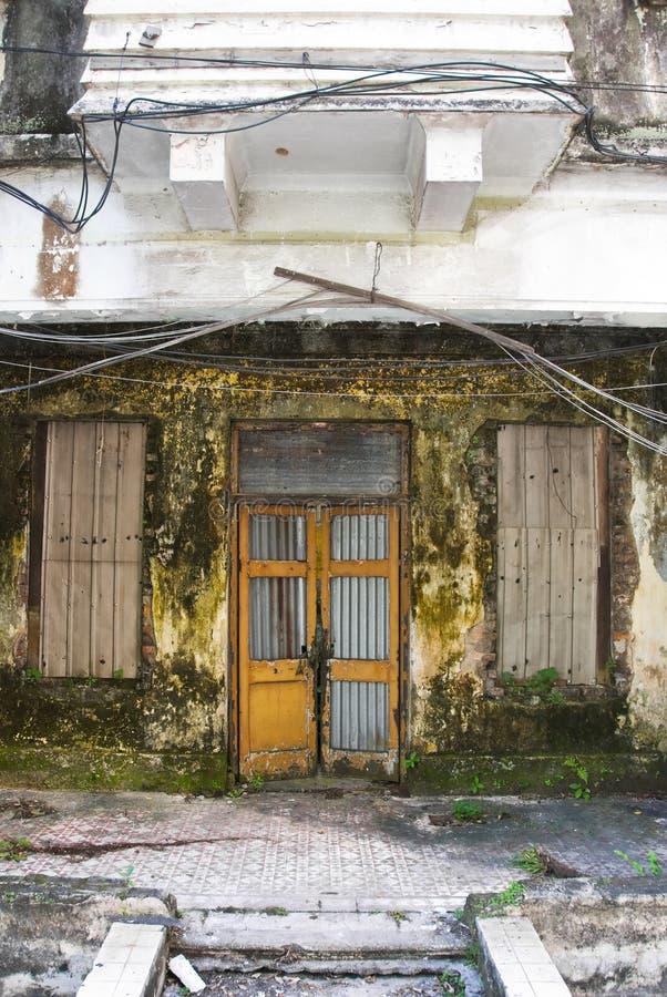 Schmutzige verfallene Hausfrontseite lizenzfreie stockbilder