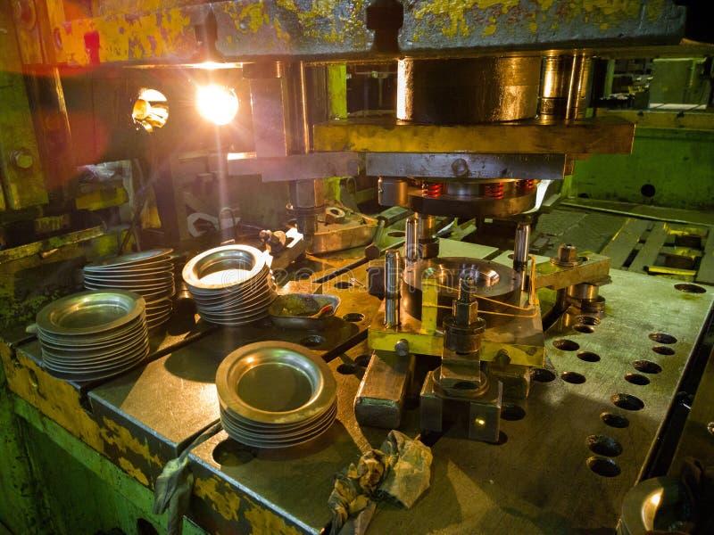 Schmutzige verwendete niedrige Technologie, die Presse stempelt, runde aliminium Teile produzierend lizenzfreie stockfotografie